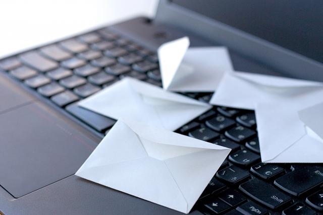 パソコン上のレター イメージ画像