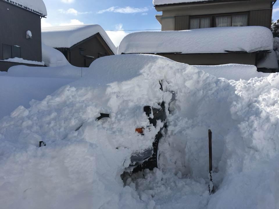 雪に埋もれたマイカーのFJクルーザーの様子