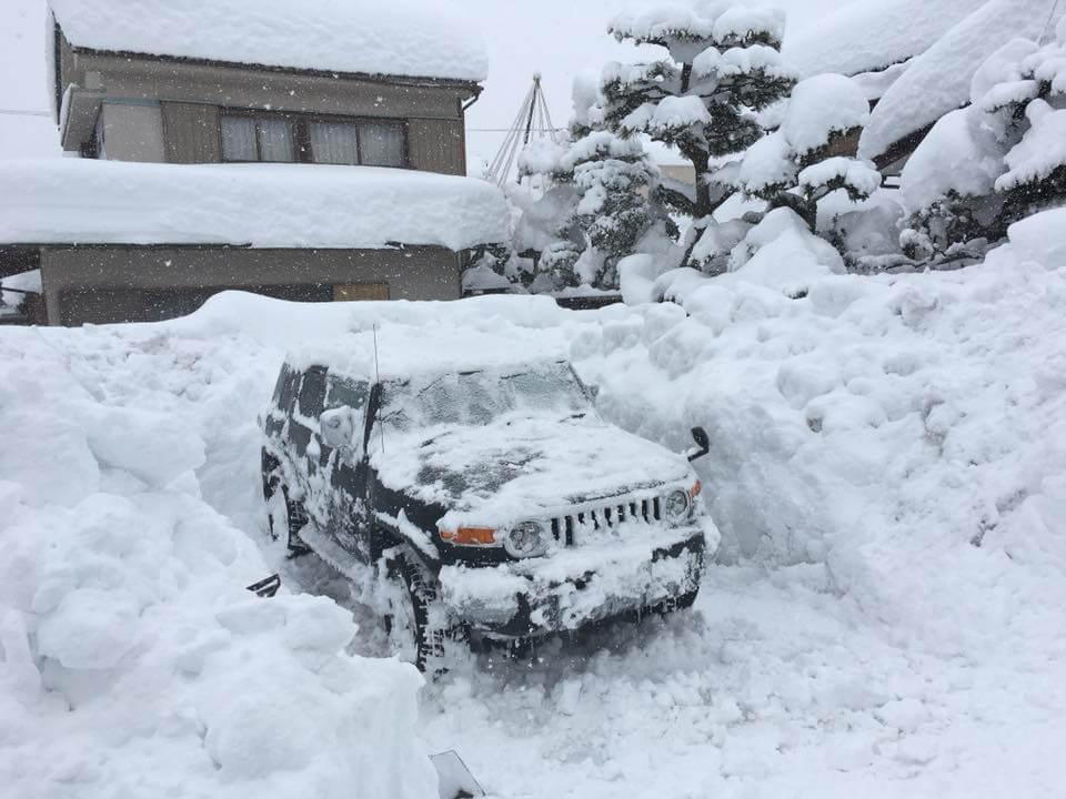 2月の福井豪雪に埋もれたマイカーのFJクルーザーの様子