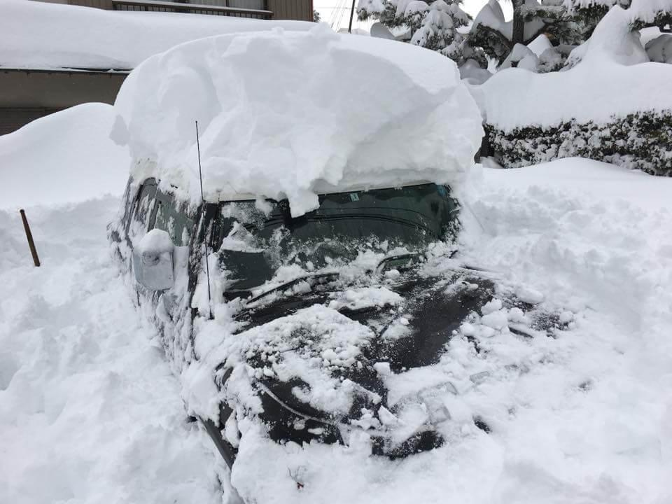雪の中に埋もれた僕の車の様子