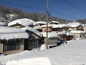 屋根の上からの雪にまみれた江尻が丘の様子