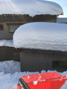 江尻が丘の自宅の屋根の上に積もった雪の様子