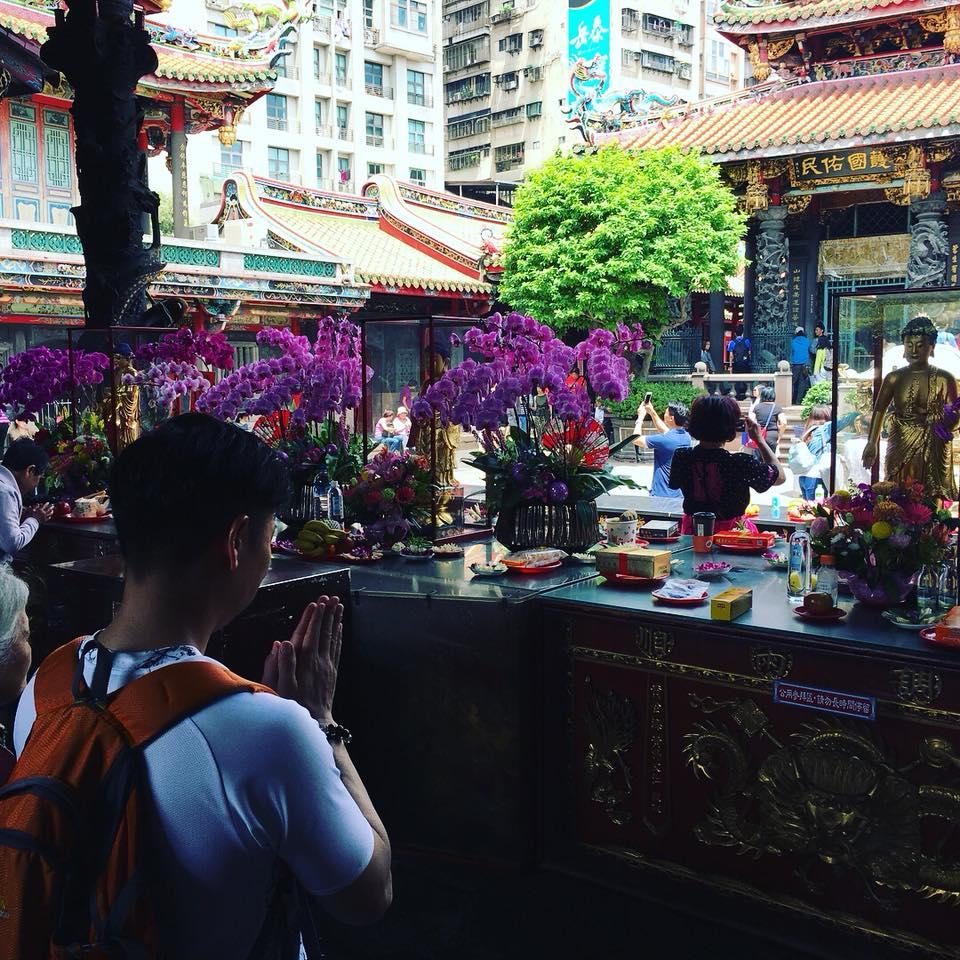 台湾の龍山寺にて