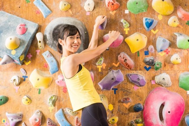 ボルダリングを楽しむ女性のイメージ画像
