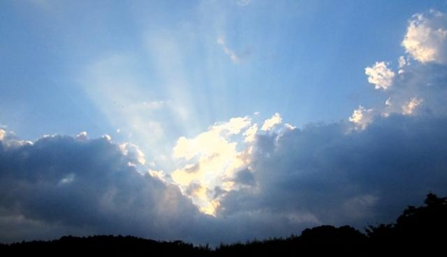 灰色の雲から見える青空のイメージ画像